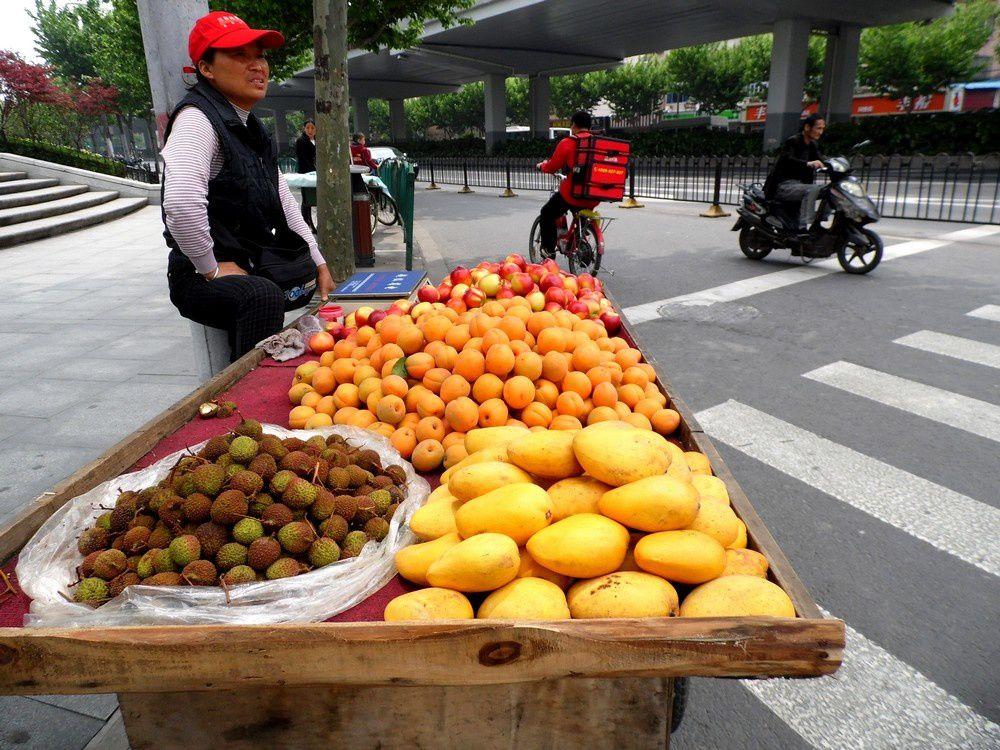 Allez, on passe au dessert: mangues,nectarines,abricots, litchis...