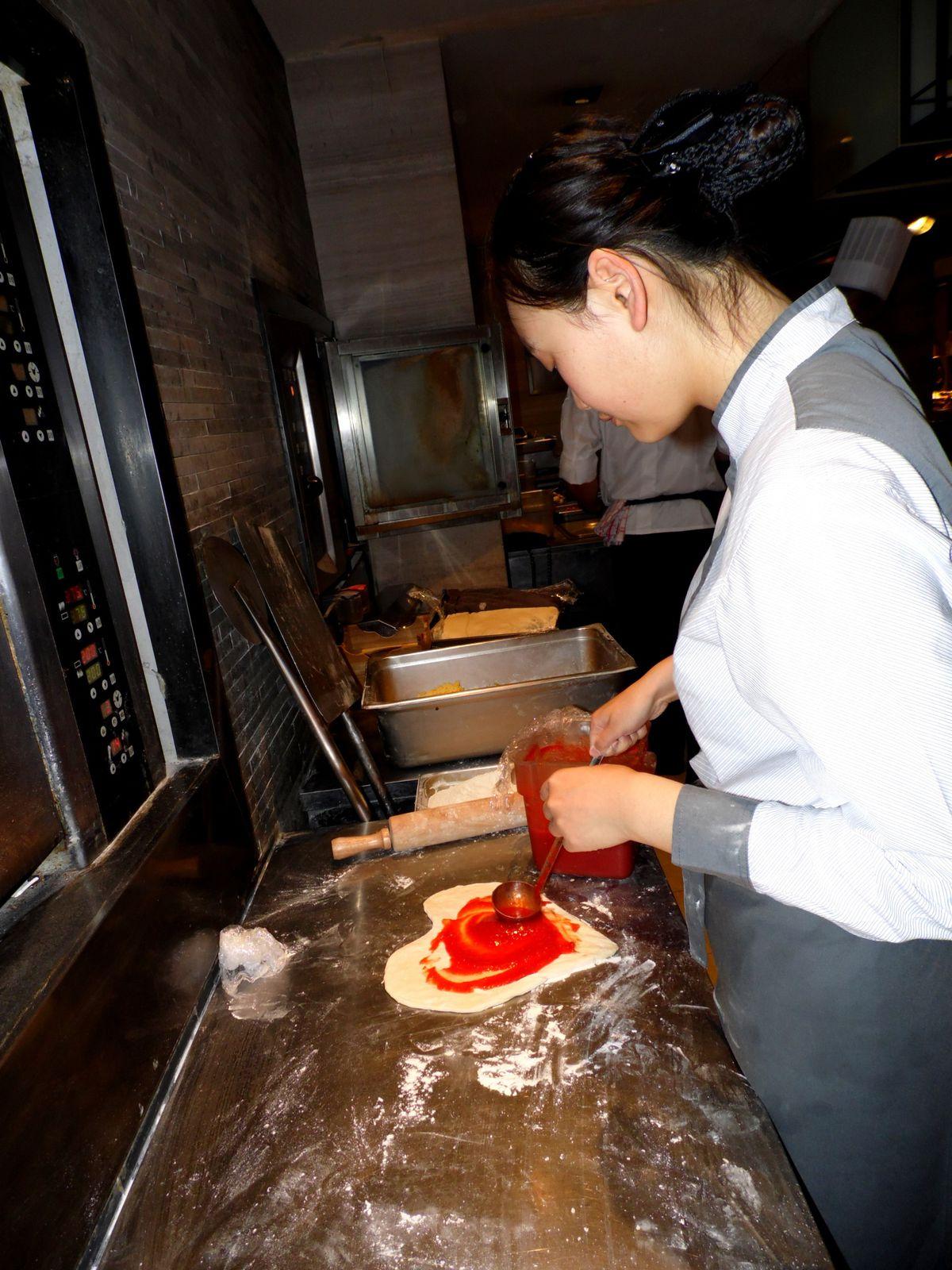 Alice en pleine préparation: &quot&#x3B;un Amour de pizza!&quot&#x3B;