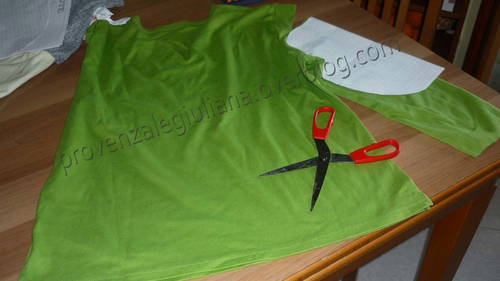 Come trasformare una maglietta in una sciarpa