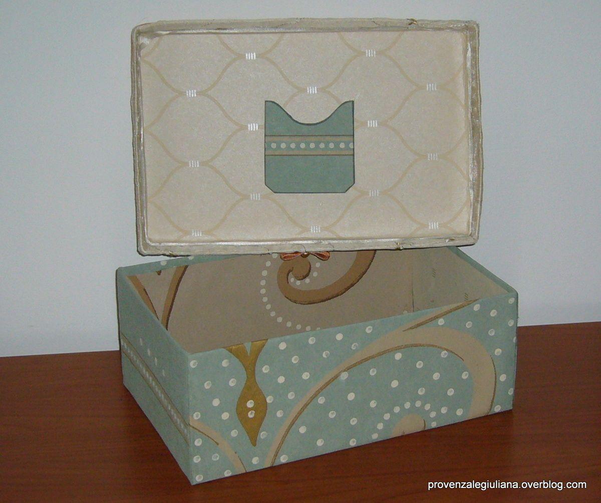 Una semplice scatola di scarpe si può trasformare utilizzando carta da parati per rivestire l'interno ed il sotto. Il coperchio, invece, lo rivestiamo con la stoffa e nastrini