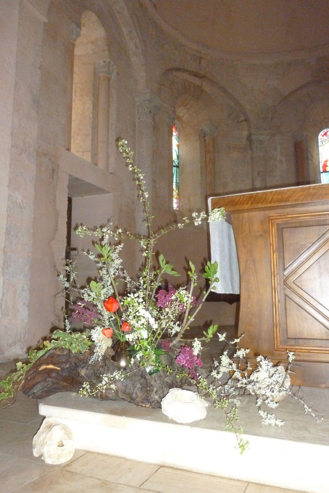 Contempler, avec le bouquet liturgique, Jésus qui nous libère de la mort.