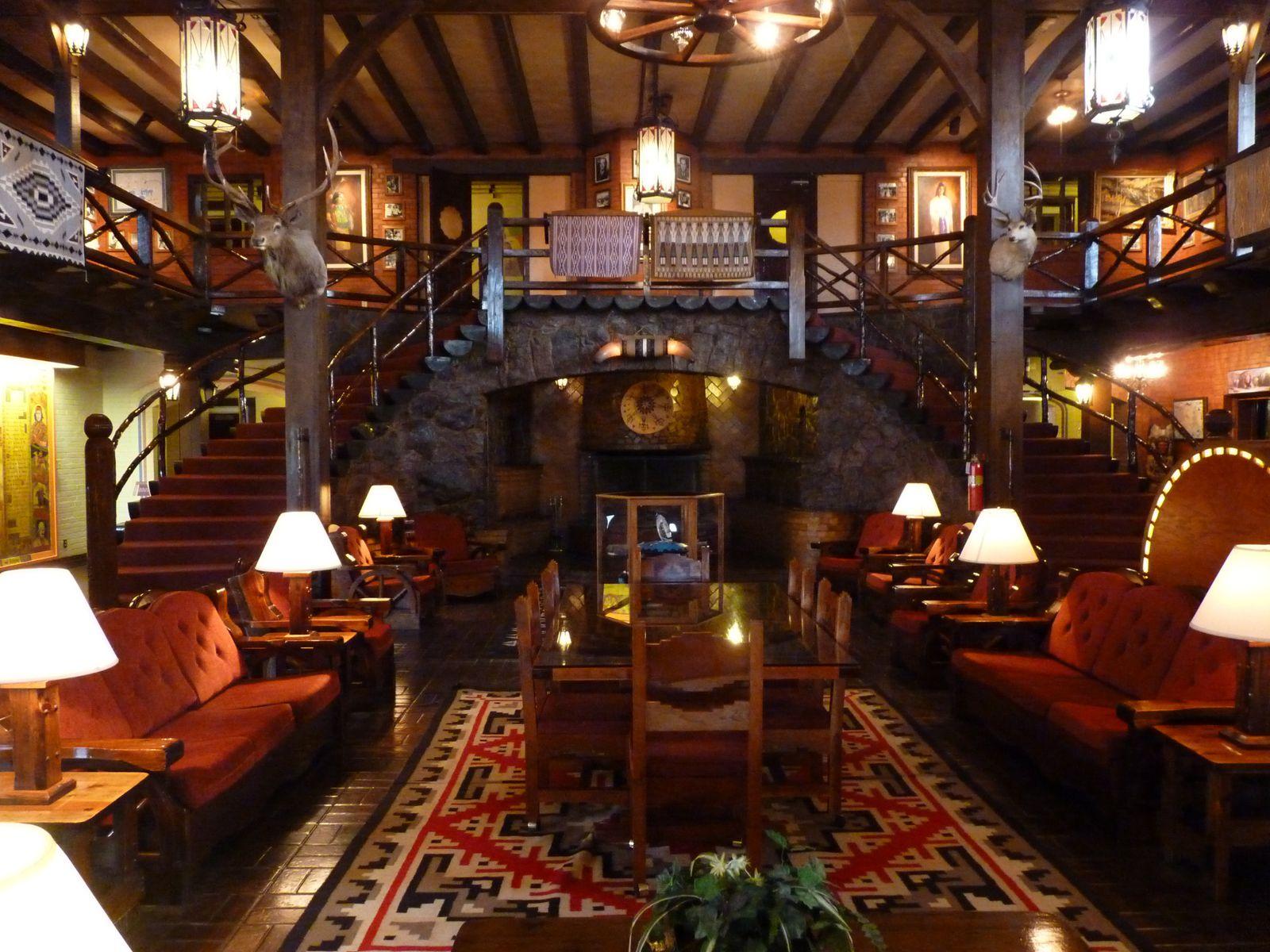 Cet hôtel fut construit en 1937. Il est devenu le foyer temporaire pour de nombreuses stars d'Hollywood en tournages dans la région. Le charme opére sans aucun doute pour ce lodge classé au Registre National Historique Américainment Historique ht Si vous pouvez profiter du charme Old West de cet hôtel, n'hésitez pas. de l'époque