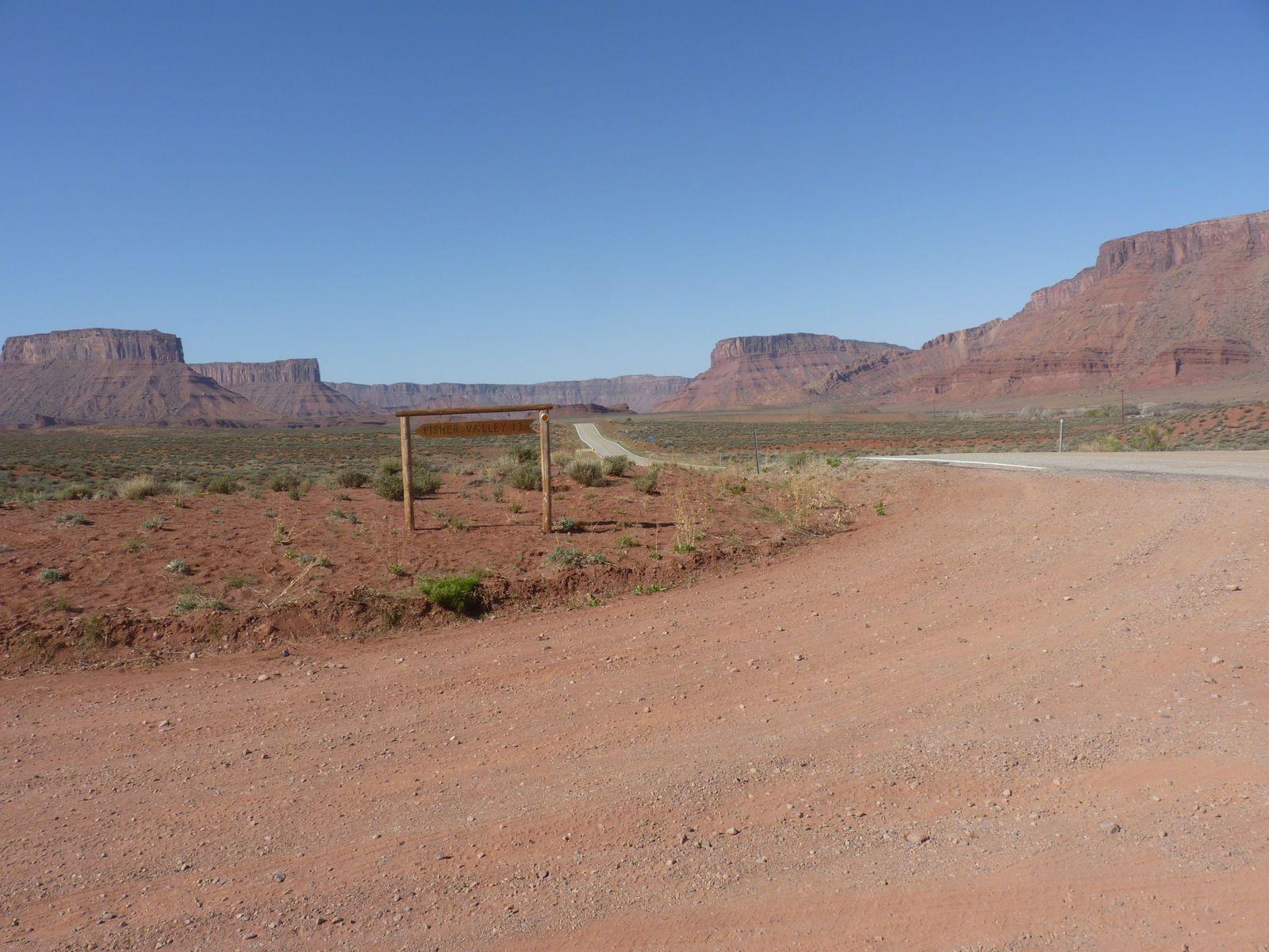 La piste en terre pour acceder au parking