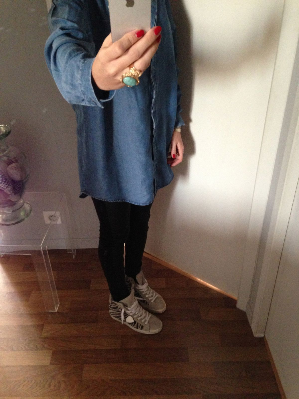 chemise monki, legging cuir zara, baskets philip model, bagues ysl