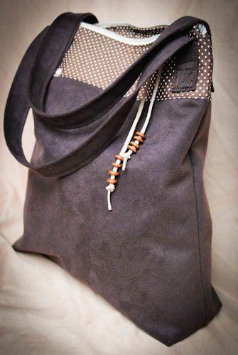 sac cabas en suédine marron, tissu à pois, fermeture zippée, perles en bois. 25x30cm (vendu) possibilité de le reconfectionner