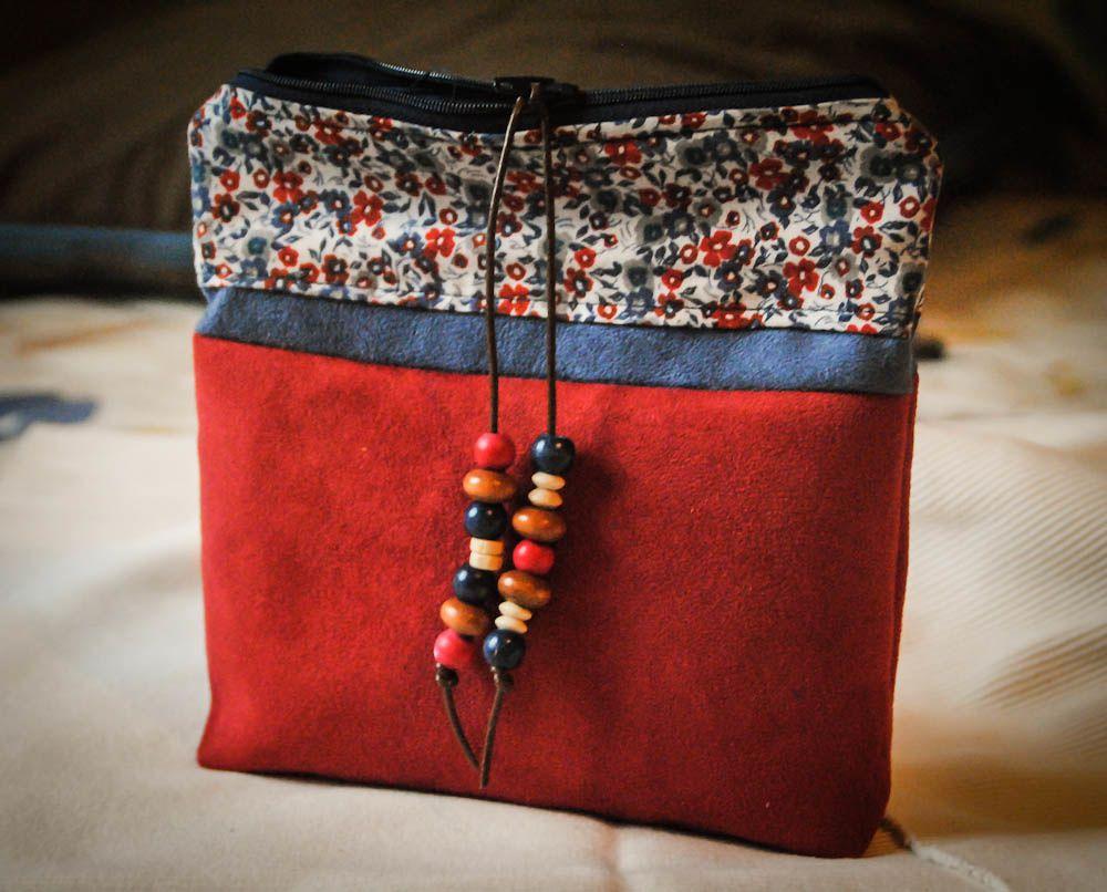 trousse carrée à tout faire en suédine rouge et bleue et tissu fleuri, 18x18 cm, fond plat et poche intérieure.