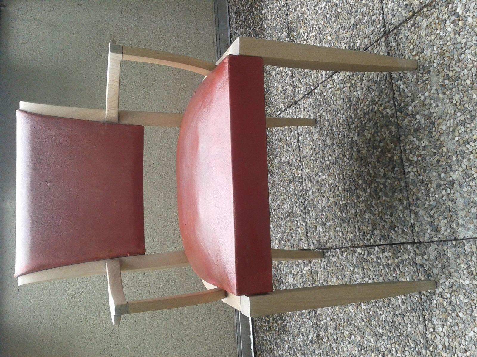 Chaise en hêtre et cuir rouge