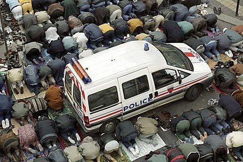 lekiosqueauxcanards-prière-rue-police