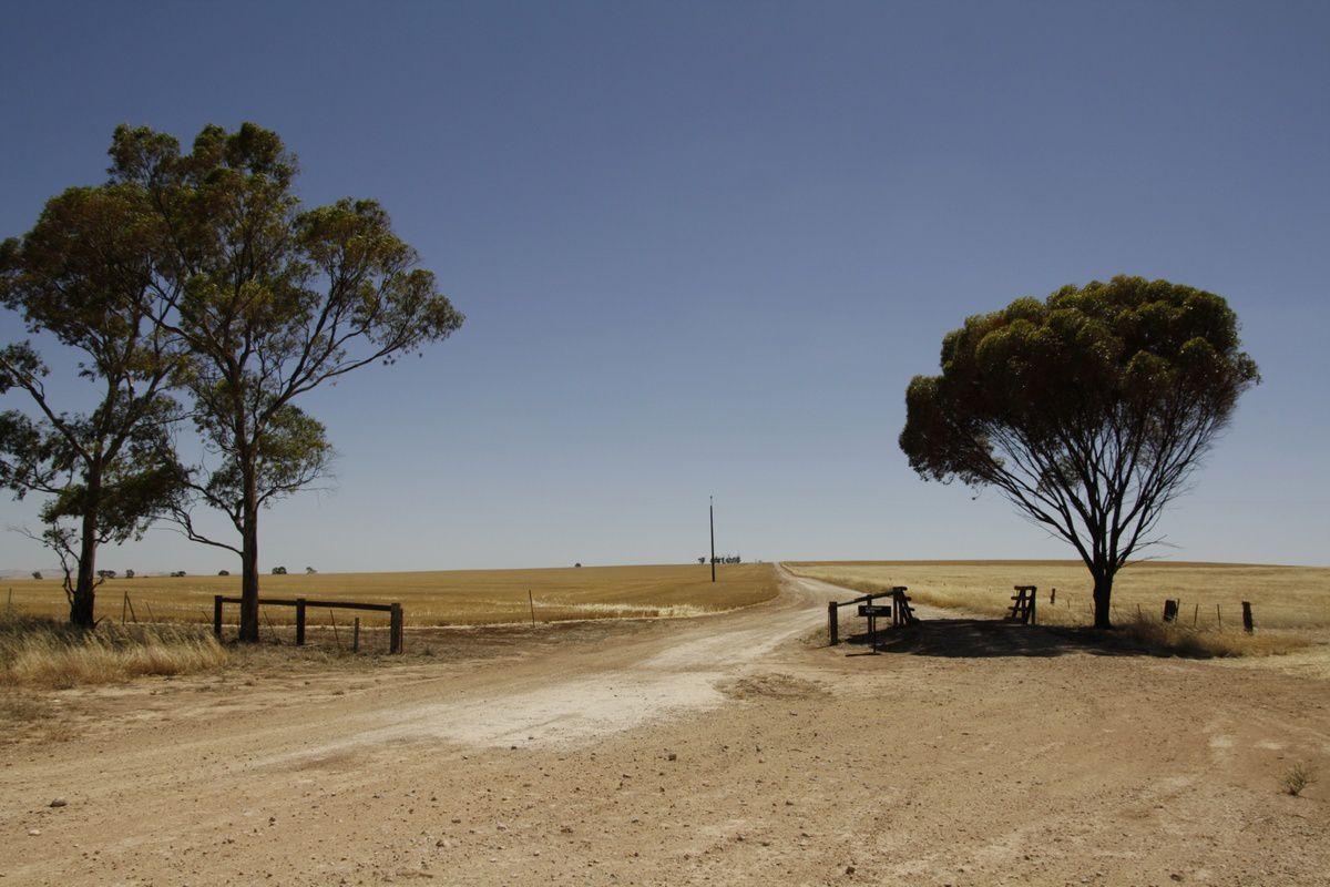 L'entrée d'un terrain agricole