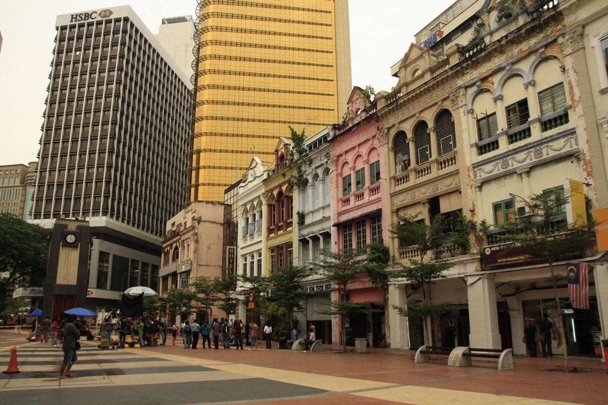 Les rues commerçantes et bâtiments colorés