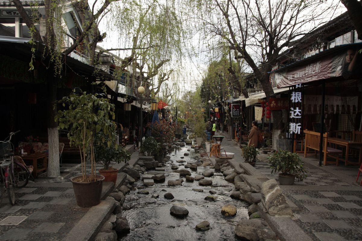 La rue avec la rivière