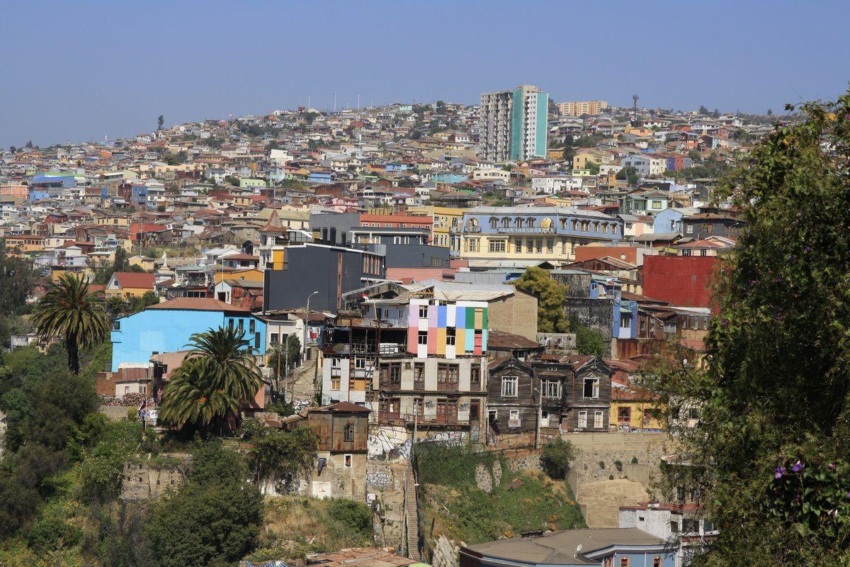 Rue et les hauteurs de Valparaiso