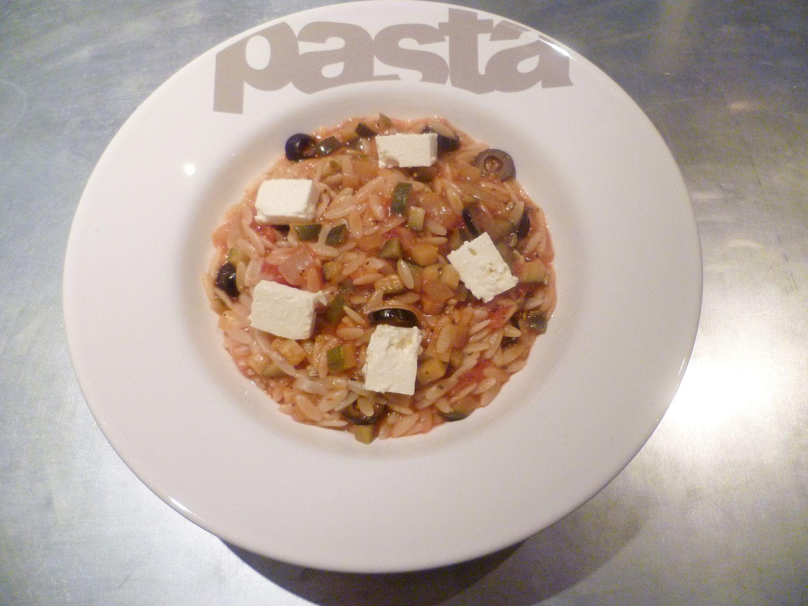 Pâtes grecques aux courgettes, tomates, olives noires et feta
