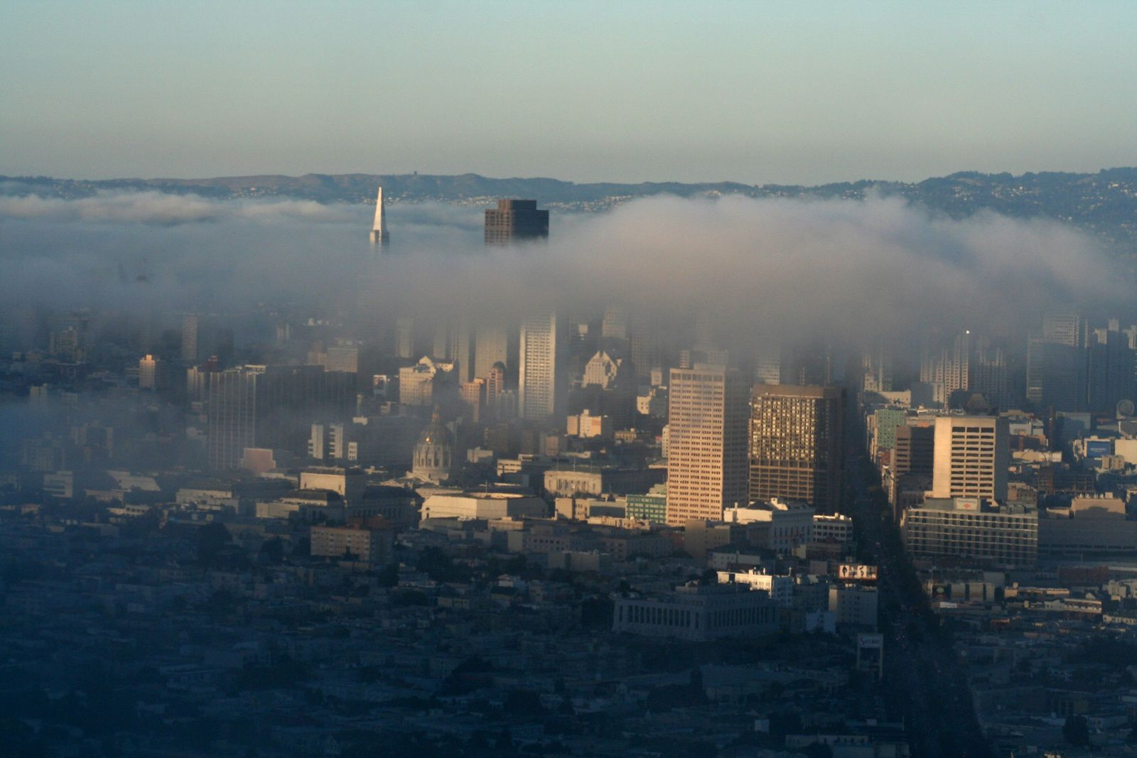 Le fameux brouillard san-franciscan au-dessus du centre-ville.
