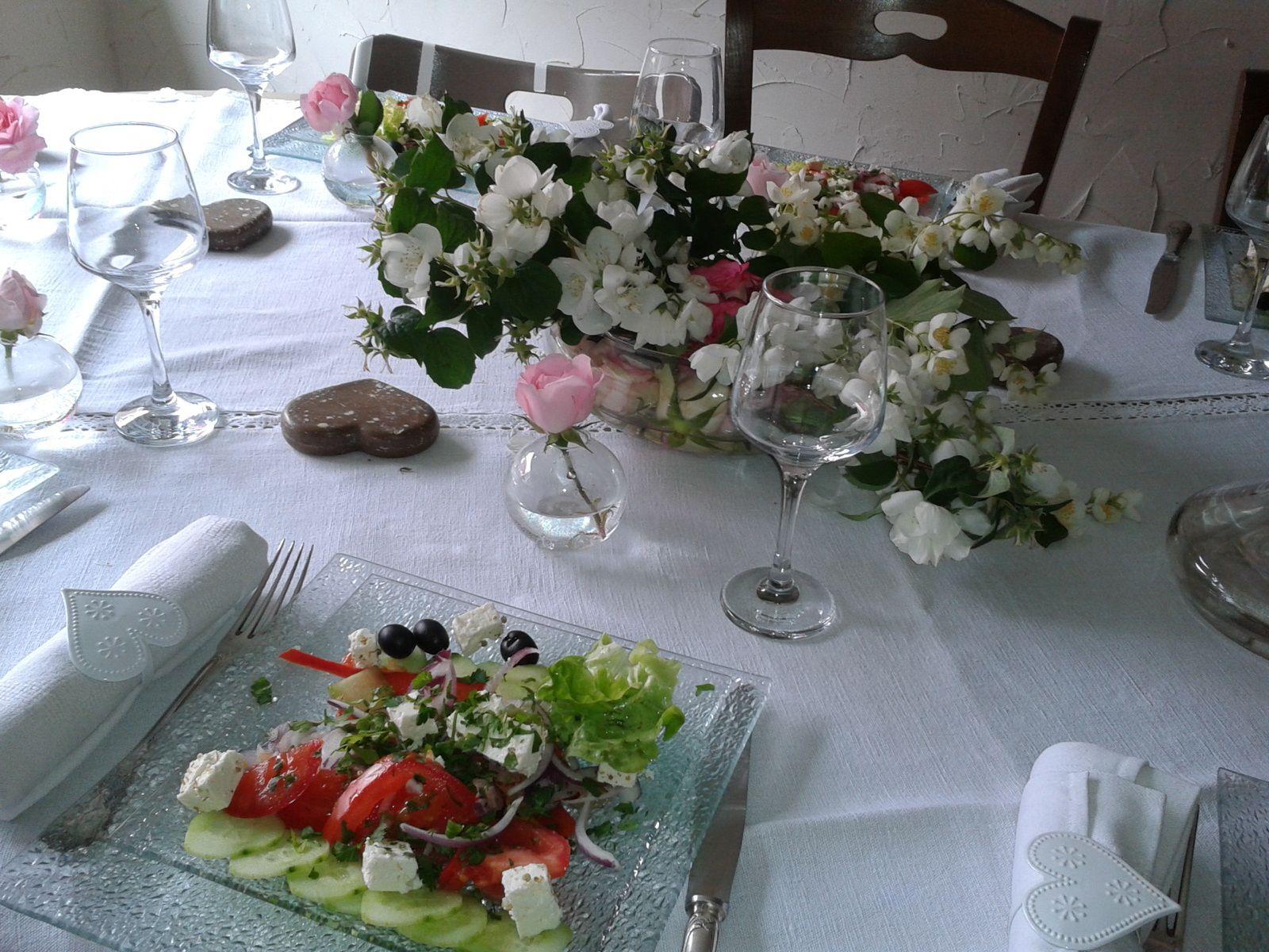 Table sympa avec trois hommes (a souligner)
