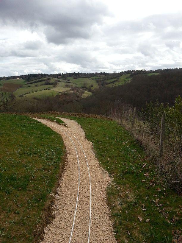 La voie une fois relevée (10cm env. pour la partie centrale). On voit la surélévation sur la plateforme non utilisée.