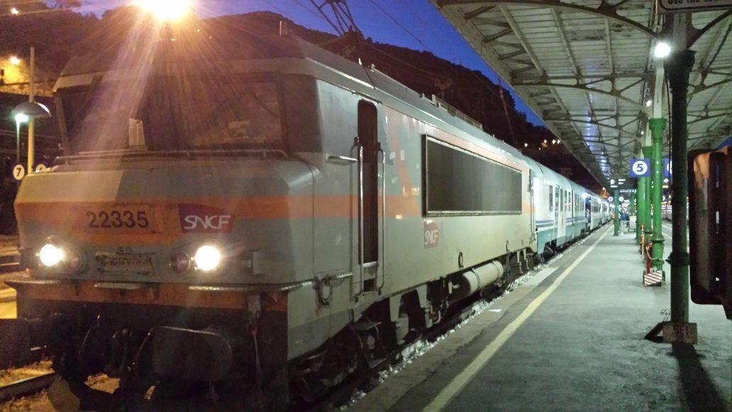 Le train de pelerins et un locotracteur FS en gare de Vintimille