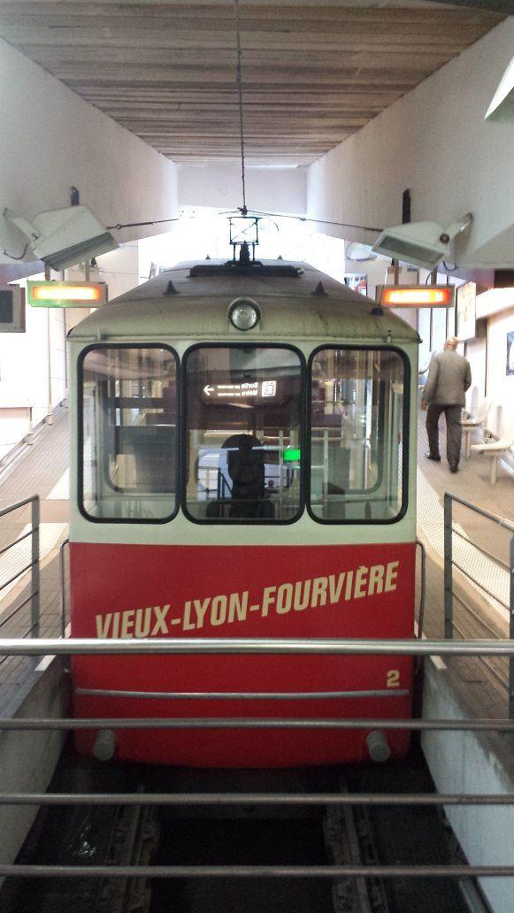 La ligne F2, station Fourvière puis station Vieux Lyon