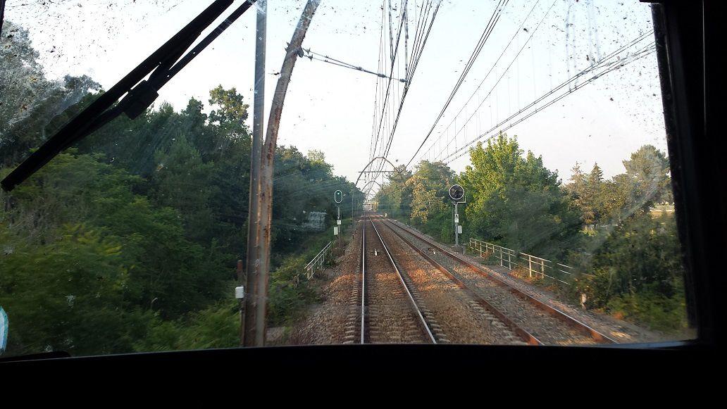 La caténaire Midi en courbe et en ligne droite