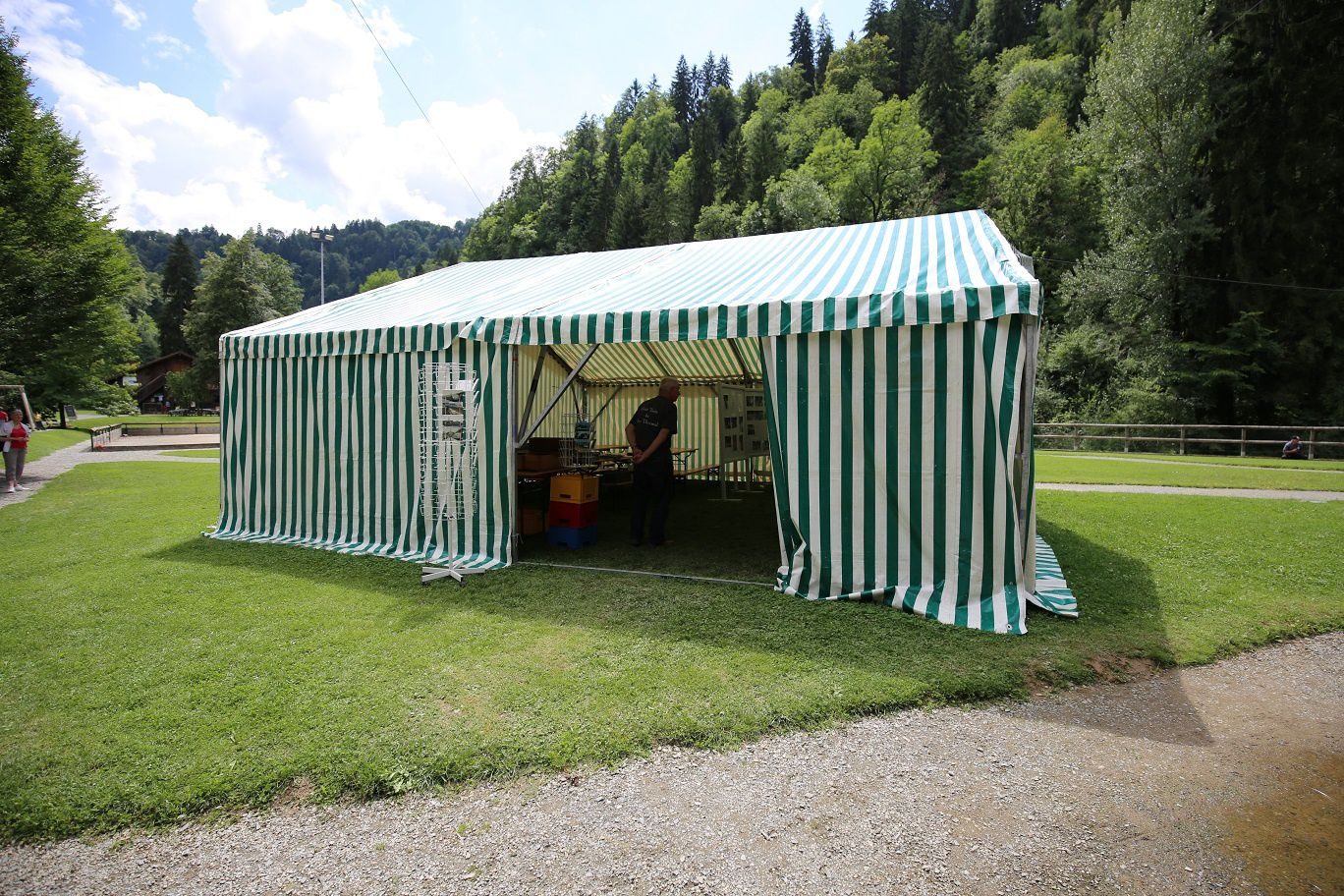 La tente d'exposition et l'intérieur