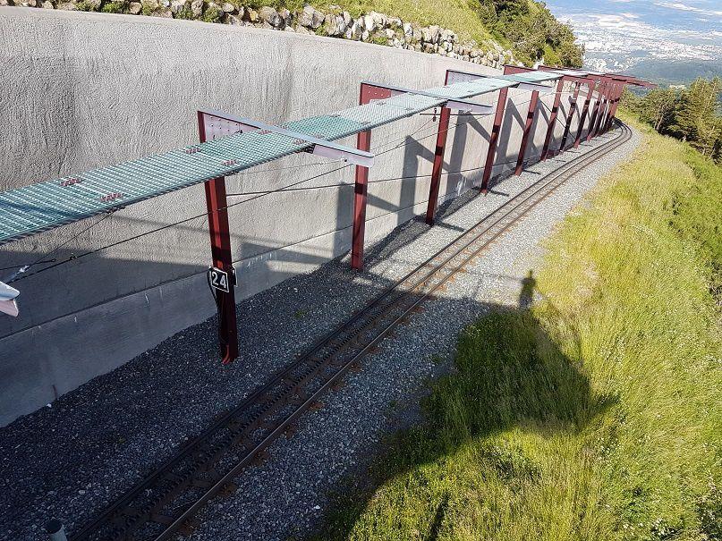 La gare d'arrivée, la voie et sa galerie d'accès.