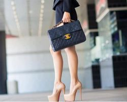Chanel Clutch & High Heels in einem Nude-Ton