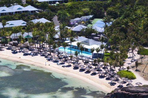 Sur l'anse Grand Cul de Sac,sur une presqu'île en bordure de 2 plages. Les bungalows sont disséminés sur une petite colline en pente douce.