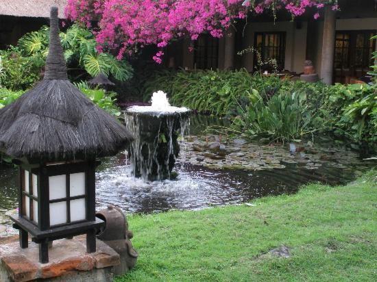 """Rêve de Bali ."""" L'attente d'un petit paradis, tel que Bali, Est une rêverie de vestiges ensevelis. Parfois, j'imagine ses splendides horizons, Une fugue de fleurs exotiques à foison : Joie des belles danseuses aux costumes d'or ; Une musique étrange du gamelan sonore… Philosophie d'un envol astral dans cet éden Ou songe nocturne d'une extase soudaine. Une merveilleuse errance au pays des dieux, Espérance auréolée d'un hymne radieux, Chagrinée, quelquefois, par le courroux des cieux. Cheminons de concert dans cette île magique, Ensemble, parcourons ces villages béatifiques, Au spectacle de danse, le temps, suspendons, Milieu propice à un délicieux abandon. Des offrandes, en hommage aux bons esprits, Rizières aux courbes coquettes qu'elles s'approprient Jusqu'aux temples disséminés dans la forêt, Cœurs balinais beaux, dignes et pleins de secrets, De vapeurs d'encens, nimbés d'arômes évanescents ; L'île complice, à Ubud, mène nos pas effervescents. De vagues réminiscences d'un passé voilé, Bali, précieux vestiges de souvenirs auréolés.Mahé Roselyne"""