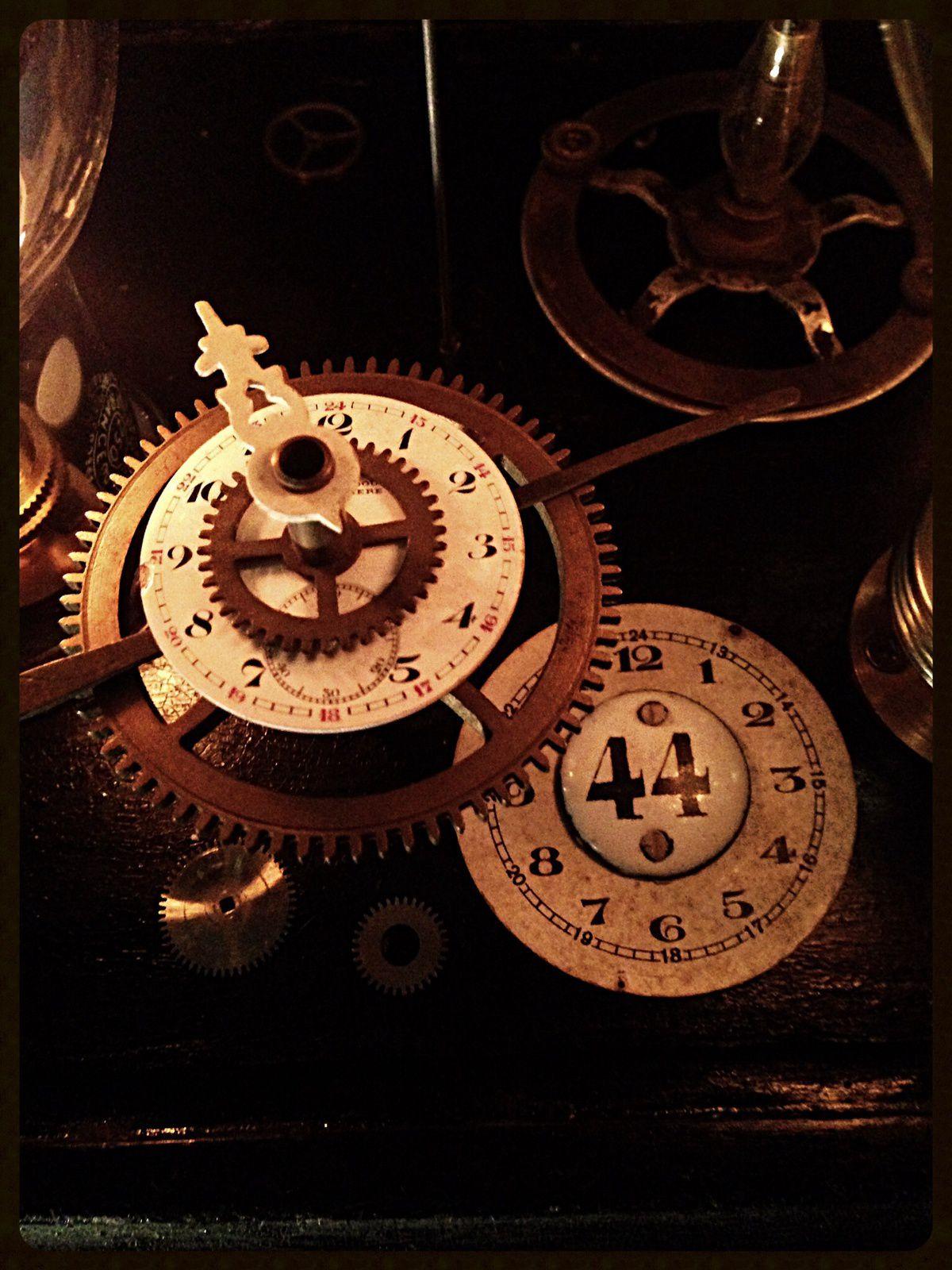 Lampe curiosité sous globe de mariée Napoléon III 19ème matériel de chimie cadrans de montres ancien émaillé montre gousset crane doré variateur de lumière luminaire éclairage decoration vintage cabinet de curiosité antiquité antiquaire Marcq en Baroeul Lille Nord Bondues