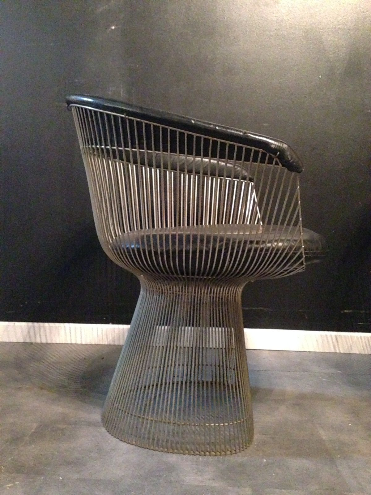 Fauteuils vintage du Designer Warren Platner édition Knoll international provenance USA assise et dossier cuir noir structure métal  nickelé