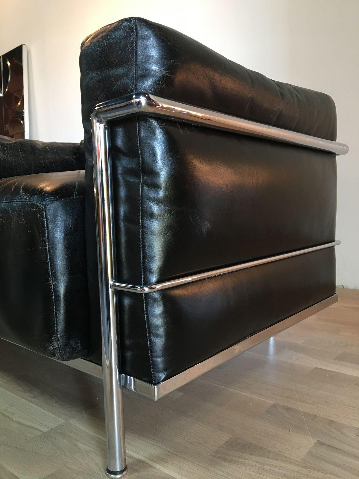Fauteuil LC3 de Le Corbusier Cassina datant de 1960 modèle grand confort signés Le Corbuiser LC3 n°252 et 261 magnifique patine cuir noir