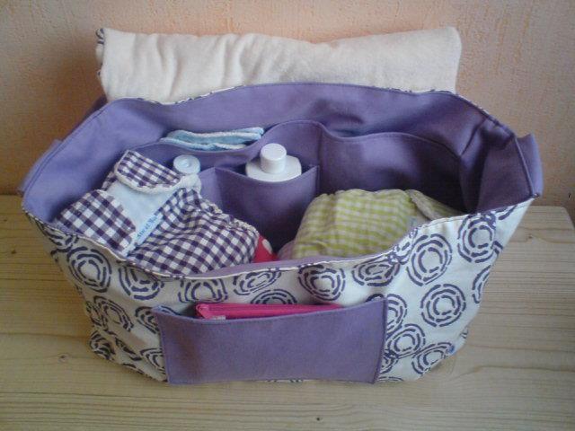 l'intérieur du sac, et le matelas à langer à l'arrière