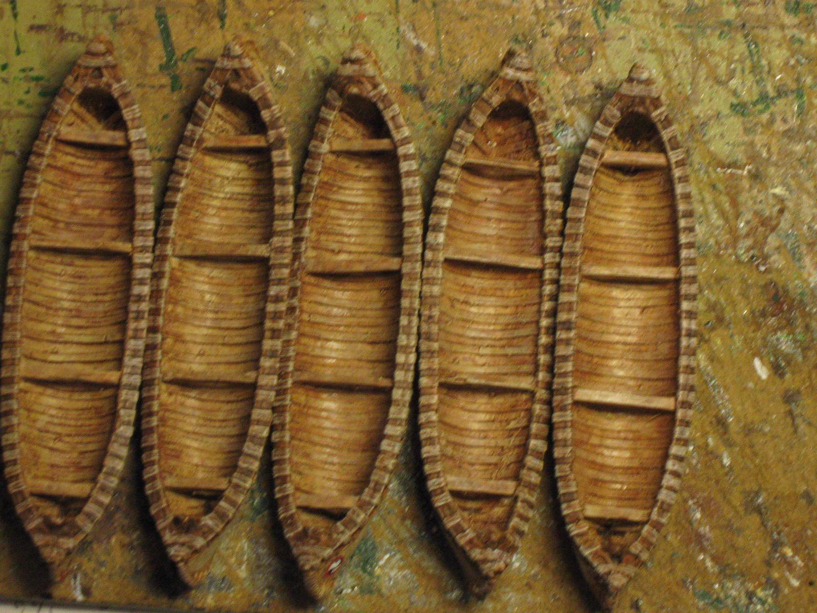 Certains fond de canoés sont plus foncés car en contact avec l'eau .