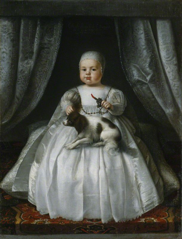 """Roi Charles II - Ceci est le plus vieux portrait d'un roi en terme d'âge. Il a été réalisé alors que Charles n'avait que 4 mois et 5 jours. Sa maman, la reine consort Henriette Marie le décrit comme un bébé """"aussi gras (gros) et grand qu'un enfant de 1 an"""". Ce portrait fut probablement envoyé à sa grand-mère, la Reine de France Marie de Médicis. Le chien est un spaniel nain. Cette race restera associée au règne de Charles II."""
