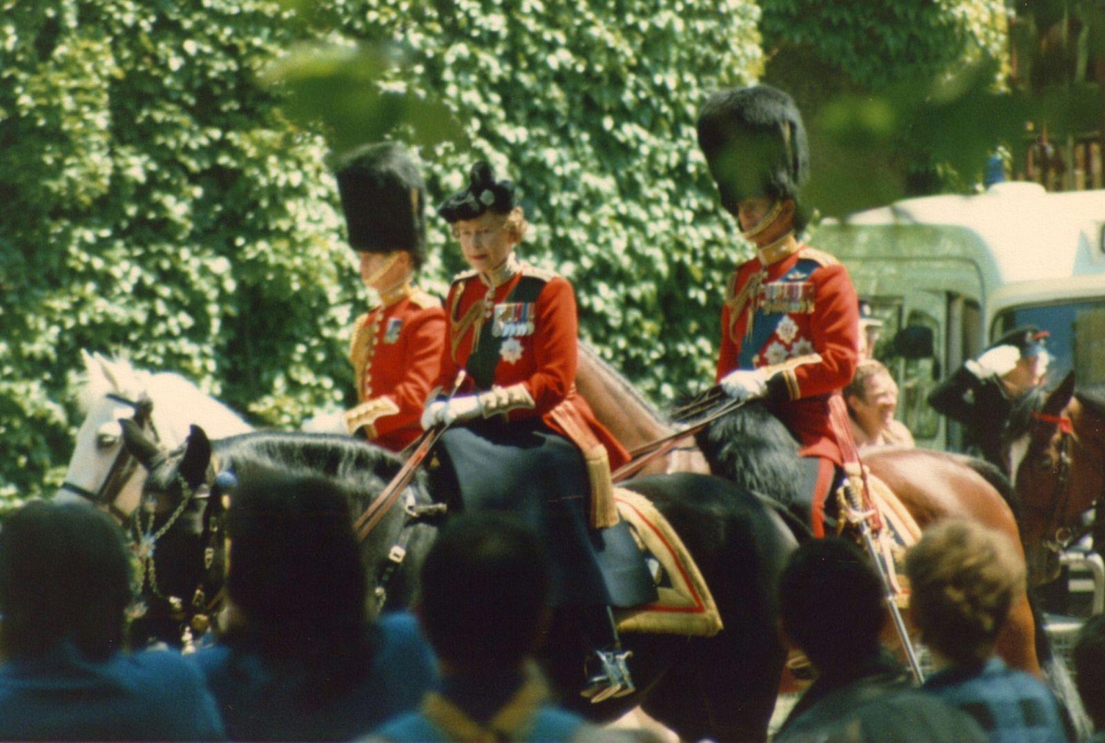 P.S.: Vous connaissez tous la passion de la Reine pour les Corgis. Mais saviez vous que les canadiens lui ont offert une jument nommée Burmese ? Une jument au pied sûr que la Reine pouvait maitriser en toutes circonstances.