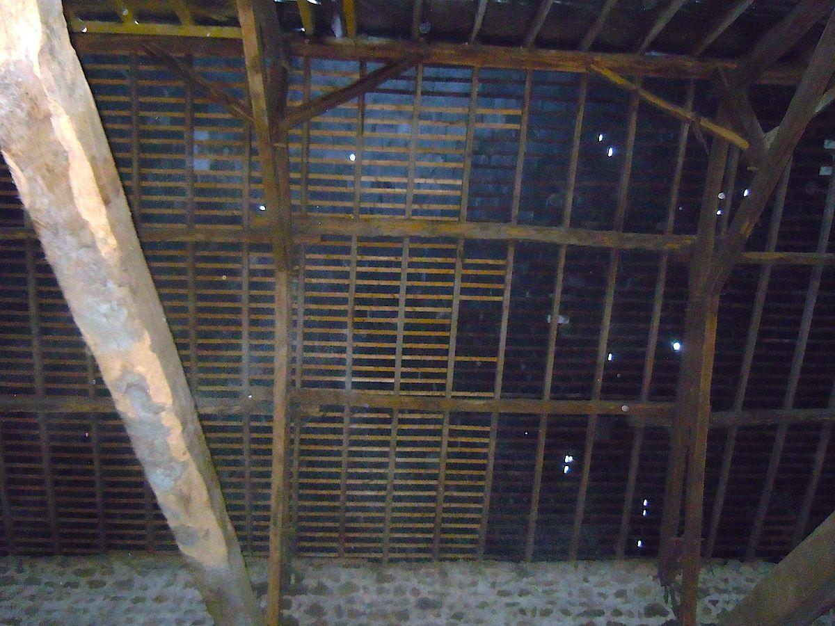 La partie gauche (relattée à neuf) avait été refaite à la suite de la tempête de 1999, par l'artisan qui va intervenir par la suite...