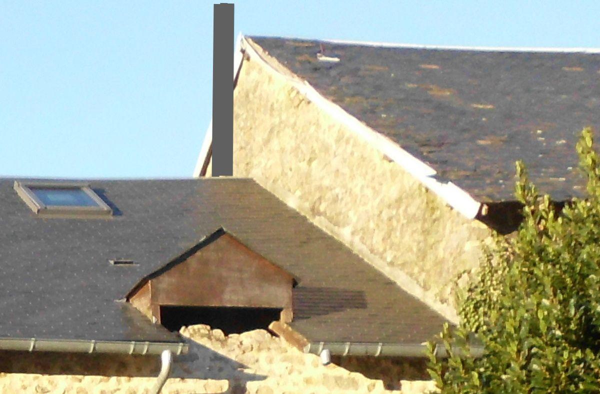 Une sortie de cheminée, le long du mur pignon mitoyen, à 40 cm au dessus du faîtage le plus haut (= 2,40 m en tout).