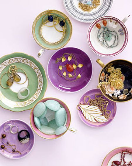 Des tasses et des sous tasses colorées pour ranger ses bijoux. Une idée toute simple.
