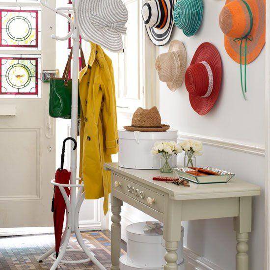 Quoi de mieux qu'une entrée bien rangée! Un banc rend la pièce accueillante et n'oubliez pas le porte manteaux/chapeaux pour son côté pratique
