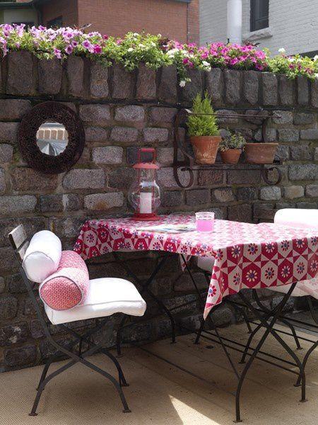 Un petit coin champêtre a été installé dans ce patio. Un vrai moment d'évasion surtout si vous habitez en ville. Source photos: Maison et demeure