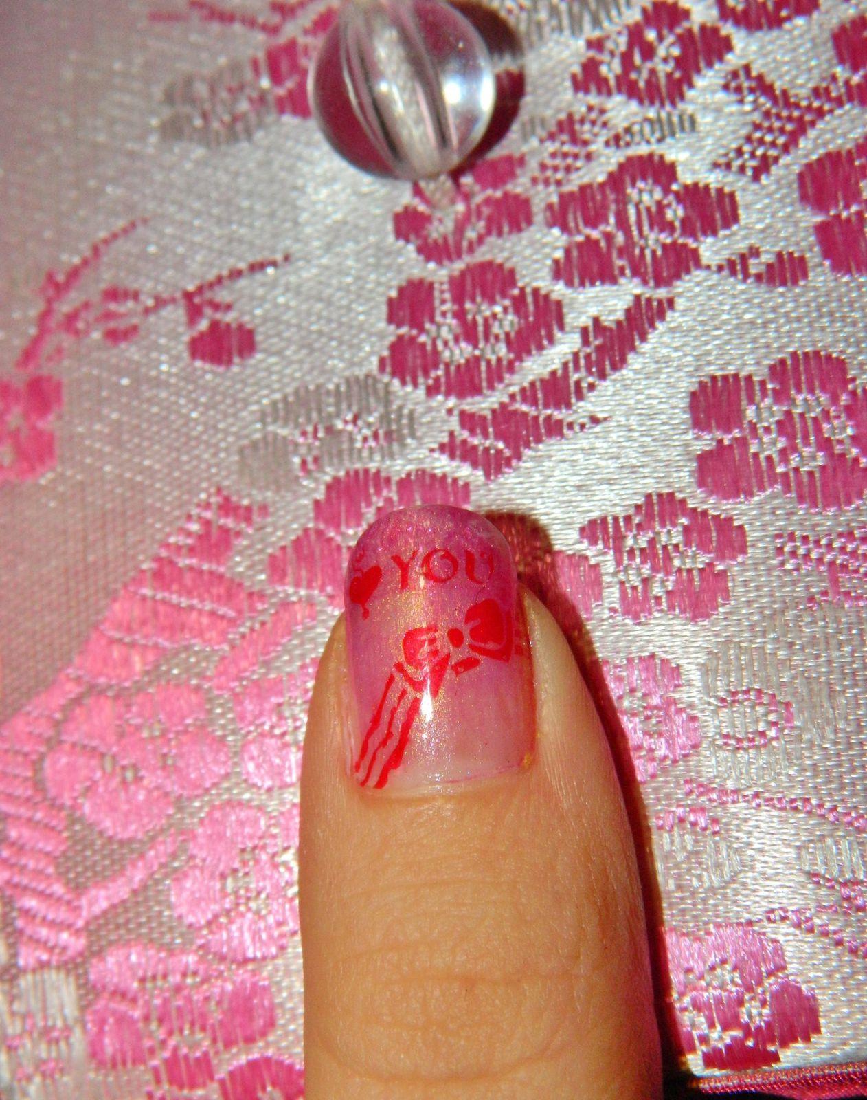 Arg!! Malheur!!! J'ai eu la très mauvaise idée de faire mon nail art juste avant mon premier cours de piscine sous prétexte que j'avais du temps libre T~T A ne JAMAIS faire. Résultat? Ben comme vous vous en doutez mon vernis c'est écaillé ce qui me fait de gros trous sur les ongles que je vais essayée de reboucher T.T