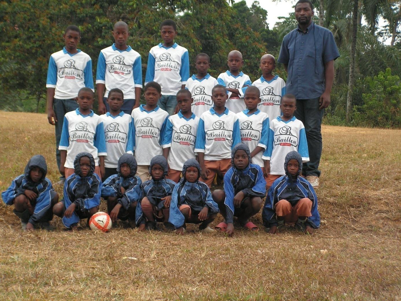 L'équipe de foot des enfants de Sepp avec leurs nouveaux maillots