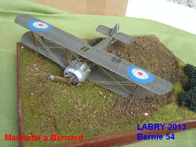 """SOPWITH CAMEL au 1/32 - Une tranchee - Un biplan allemand """""""" ROLAND C11 """""""" et un char anglais en cours de montage au 1/72"""