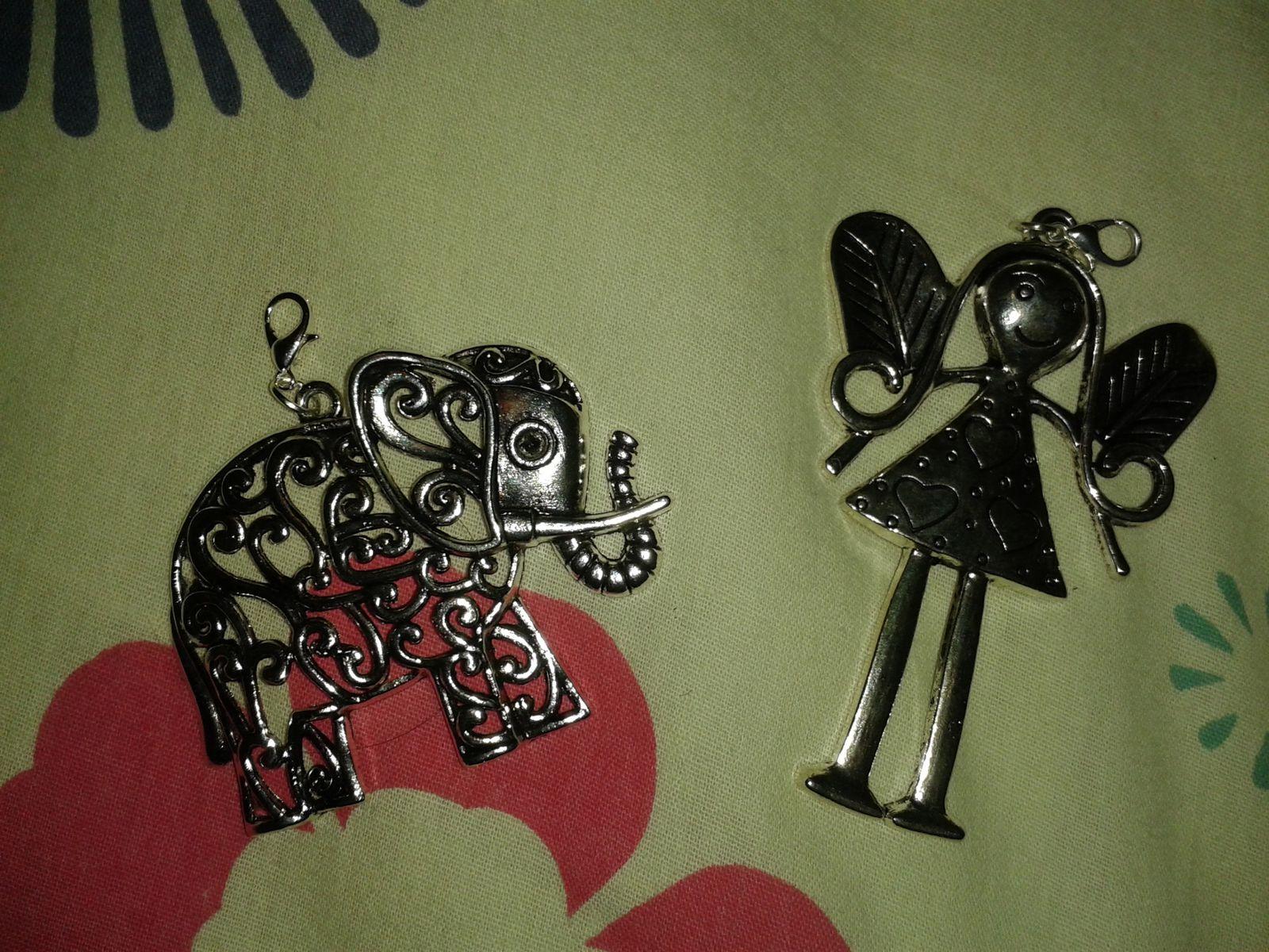 Les premières petites choses que j'ai acheté: deux gros pendentifs, tout jolis et tout migons!! Je n'ai pas acheté de longue chaîne avec car ma chambre en regorge ^^