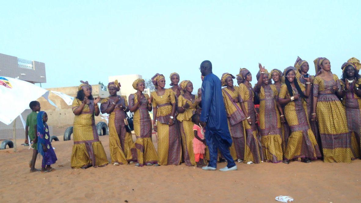 C'est la fête et on danse! Remerciements à la municipalité et à Kharitoo. L'animateur Mbay Ndiaye met l'ambiance. Amina applaudit. Les enfants participent. Le public. Chaleureuses félicitations du Maire. Bravo à ces femmes motivées et dynamiques. Le public est attentif. La délégation Kharitoo. Le maire est fort entouré. Calicots offerts à Kharitoo.