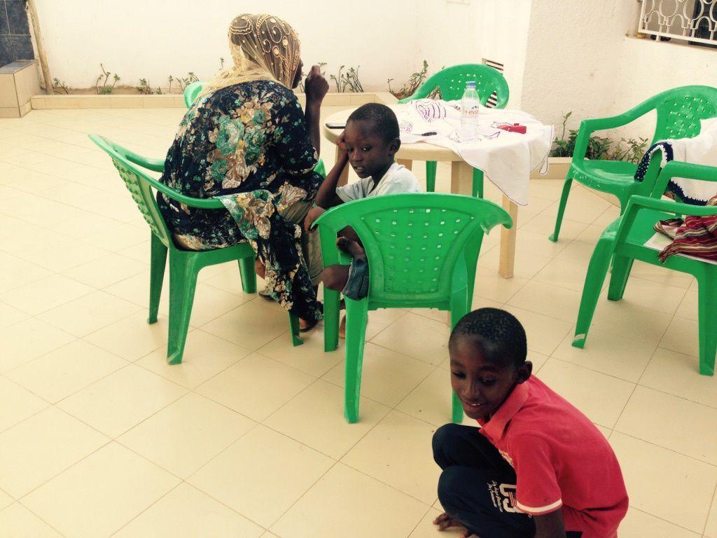 Entrée du Centre de Santé. Autre vue du Centre. Françoise soigne un enfant. Une patiente. En salle de soins. Ghislain, l'infirmier du centre et Françoise interviennent. La salle d'attente. Françoise et l'assistante. Marie-Claude et l'assistante