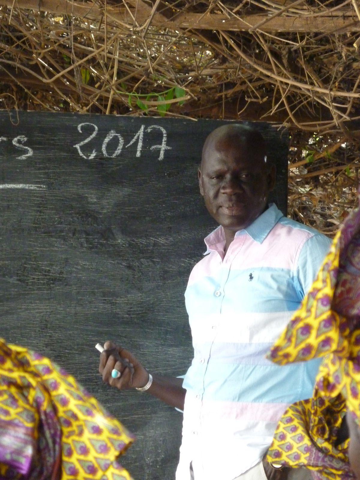 Remerciements à Kharitoo. Ibrahima Diop devant la classe. Ecriture ( photo 3,4 et 5 ). Correction au tableau. Le formateur Gorra Kassé. Calcul. Calcul. Panneau dans la rue.