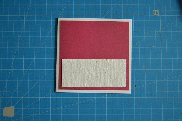 Dans un papier blanc Mahé blanc avec des fleurs en relief, j'ai découpé un rectangle de 11.5x5cm que j'ai collé à 0.5cm des bords inférieurs de la carte.