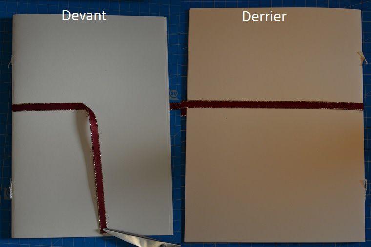 Fixer le ruban qui servira de fermoir, en collant seulement la moitié du ruban sur le devant et sur la longueur complète à l'arrière de la carte.