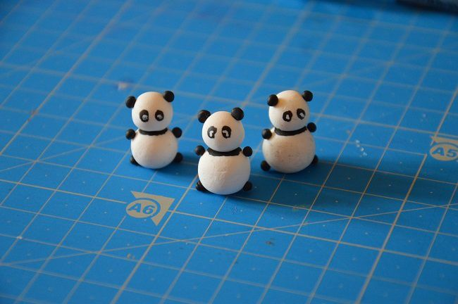 Après cuisson, laisser refoidir quelques minutes avant de peindre les yeux et la bande noire du panda avec la peinture acrylique.